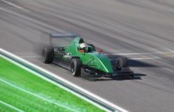 惯例2赛跑在与行动迷离的一条轨道的赛车 库存照片