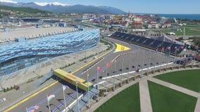 惯例1轨道在索契,奥运村在索契 体育场建筑工地赛跑的在镇和山附近 免版税库存照片