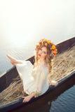幻想在小船的一个美丽的夫人的艺术照片 免版税图库摄影