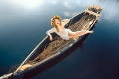 幻想在小船的一个美丽的夫人的艺术照片 库存图片