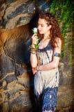 想念您有白色玫瑰的年轻美国妇女在纽约 免版税图库摄影