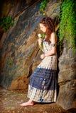 想念您有白色玫瑰的年轻美国妇女在纽约 免版税库存照片