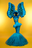 幻想服装的妇女有羽毛袖子的 免版税图库摄影