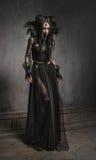 黑幻想服装的少妇 免版税库存照片