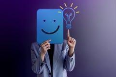 想法、创造性和创新概念 愉快的妇女 免版税库存图片