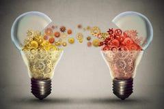 想法交换概念 打开与齿轮机构的电灯泡象 库存图片