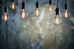 想法和配合概念在墙壁背景的葡萄酒电灯泡 免版税库存照片