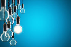 想法和领导概念在颜色背景的葡萄酒电灯泡, 库存照片