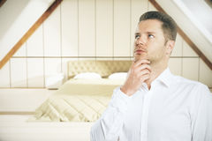 想法的人在卧室 库存图片