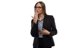 想法的妇女照片用在嘴附近的手 免版税库存照片