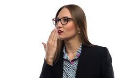 想法的妇女的图象用在嘴附近的手 图库摄影