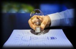 想法的概念:写与一个电灯泡 库存照片