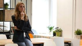 想法的沉思女商人坐书桌在办公室 股票视频
