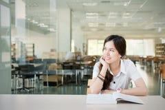 想知道或考虑某事的亚裔学生 库存照片