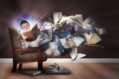 想象力男孩在椅子的阅读书 免版税库存图片