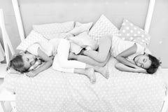 想象力,当睡眠时 小女孩孩子有富有的想象力和作白色睡眠在晚上 小girs或小 库存图片