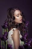 幻想 少妇画象有紫罗兰色郁金香的 免版税库存照片