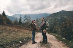 愉快一起旅行 拿着ha的全长年轻夫妇 图库摄影