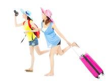 愉快两个女性的背包徒步旅行者旅行全世界 库存图片