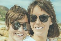 愉快两个的朋友微笑和 女孩纵向二年轻人 免版税库存图片