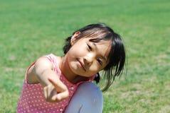 愉快亚洲女孩的草一点 免版税库存照片