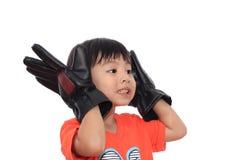 愉快亚洲男孩的手套 免版税库存照片
