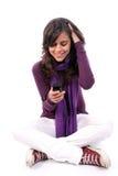 愉快偶然移动电话的女孩她查找新 免版税库存照片