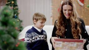 愉快儿子给当前拥抱他的母亲和他们 股票视频