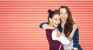 愉快十几岁的女孩或朋友拥抱 免版税库存图片