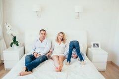 愉快卧室的系列 一名孕妇 库存照片