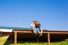 愉快和年轻人怀孕的夫妇户外 免版税库存图片