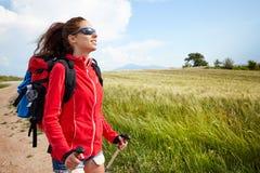 愉快和微笑在Toscan的远足艰苦跋涉期间的女性步行的妇女 免版税库存照片