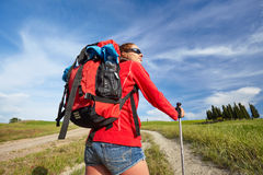 愉快和微笑在Toscan的远足艰苦跋涉期间的女性步行的妇女 免版税库存图片