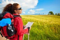 愉快和微笑在Toscan的远足艰苦跋涉期间的女性步行的妇女 库存图片