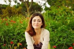 愉快和微笑的女孩 免版税库存图片
