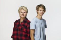 愉快和微笑的母亲和儿子 爱的家庭画象 库存照片