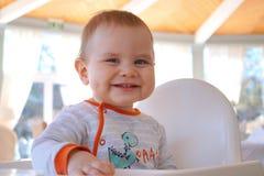 愉快和快乐的男婴逗人喜爱的微笑 免版税库存照片