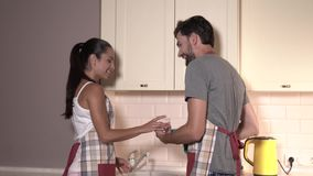 愉快和正面夫妇  人接触有毛巾的女孩 她做着同样,但是用手 他们 股票视频