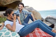 愉快和浪漫夫妇,在岩石的一顿野餐期间 库存照片