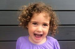 愉快和笑的卷曲儿童女孩 库存照片