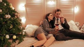愉快和被爱的聪明的夫妇是享用圣诞节庆祝在旅馆frony视图慢动作 股票视频