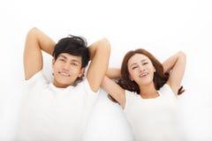 年轻愉快和轻松的夫妇 库存图片