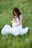 愉快和轻松的孕妇 免版税库存照片