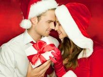 愉快圣诞节的夫妇 免版税库存照片