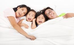愉快在床上的家庭 库存照片