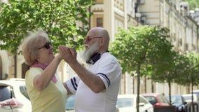 愉快在爱夫妇跳舞华尔兹在都市街道 股票视频