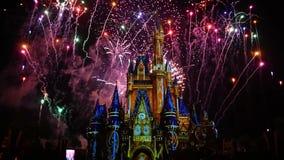 愉快地从此以后是壮观的烟花显示在黑暗的夜背景的灰姑娘的城堡在不可思议的王国2 股票视频