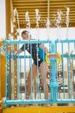 愉快地使用在水滑道的愉快的微笑的快乐的年轻白男孩 免版税图库摄影