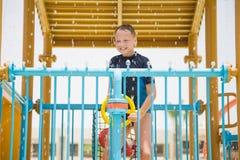 愉快地使用在水滑道的愉快的微笑的快乐的年轻白男孩 图库摄影