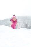 愉快地使用在雪的小女孩 免版税库存图片